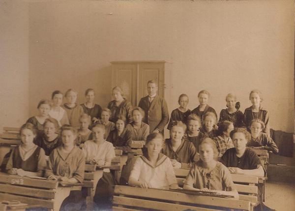 Charlotte Cramer at school, Berlin, 1920