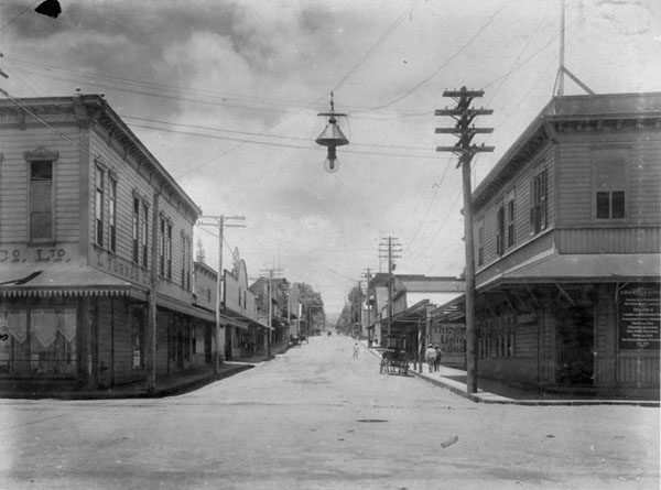 Hilo street scene, branch office of H. Hackfeld & Co. on the right