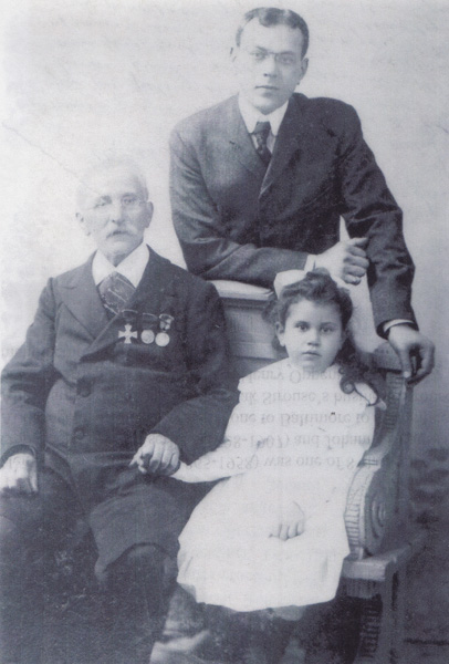 Henry Oppenheimer, along with his father Götz, and his four-year-old daughter Ella in 1901