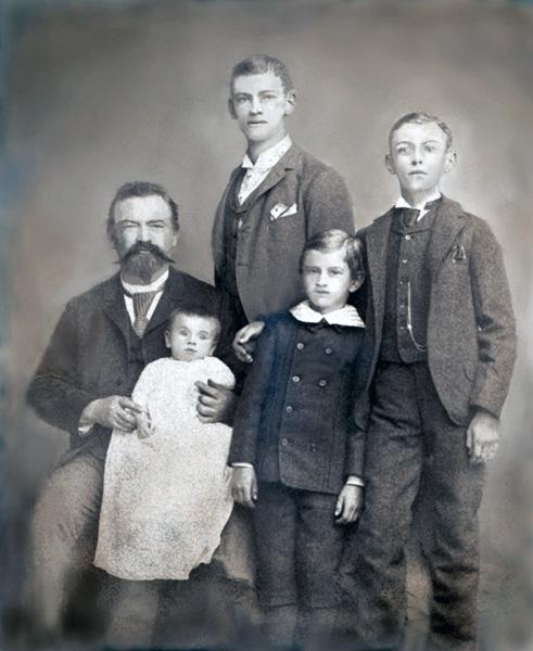 Gustav Goelitz with his children, n.d.