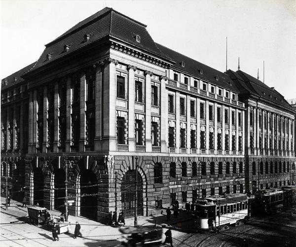 Façade of the Berliner Handelsgesellschaft, ca 1909