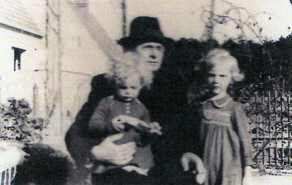 Dieter Tede's father, Karl Tede, with his daughters Ursula and Helga, 1939