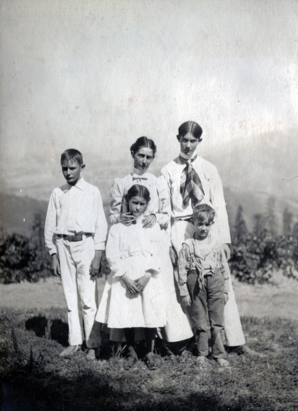 Mrs. Leroy Nickel with her children: Henry, Beatrice, Leroy, George, ca. 1903-1907
